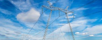Высоковольтный электрический штендер против голубого неба стоковое изображение rf