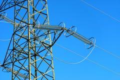 Высоковольтная башня на голубом небе Стоковые Изображения