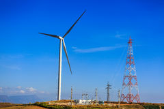 Высоковольтная башня, распределение станции и ветротурбина Стоковые Изображения