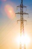 Высоковольтная линия передачи энергии Штендеры энергии На заходе солнца, Стоковое Фото