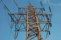 Высоковольтная линия электропередач на фоне неба Стоковые Фотографии RF