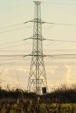 Высоковольтная опора с кабелями и ландшафтом Стоковые Изображения RF