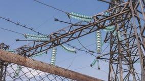 Высоковольтная подстанция электропитания на промышленном предприятии Электрические провода на поддержках Распределение и передача видеоматериал