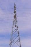 Высоковольтная электрическая башня против предпосылки голубого неба Стоковая Фотография RF