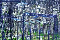 Высоковольтная электрическая подстанция для продукции и распределения электричества с освещением ночи Стоковые Фотографии RF