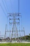 Высоковольтное электричество опоры стоковые фотографии rf