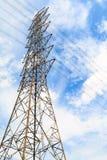 Высоковольтные башни имеют небо и облака Стоковое Фото
