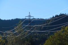 Высоковольтные линии и опора электричества в ландшафте Стоковые Фотографии RF