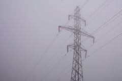 Высоковольтные линии электропередач в тумане утра Стоковые Изображения RF