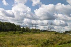 Высоковольтные линии электропередач стоковая фотография rf