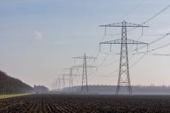 Высоковольтные линии электропередач стоковое изображение