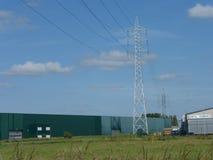 Высоковольтные кабели на конструкции башни Стоковые Изображения