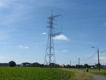 Высоковольтные кабели на конструкции башни Стоковая Фотография