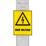 Высоковольтный знак на электрическом поляке, на белизне Стоковое фото RF