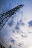Высоковольтный столб под красивым небом в широкоформатном взгляде Стоковое Фото