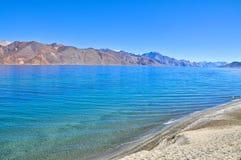 высокогорная голубая волна воды озера Стоковое фото RF