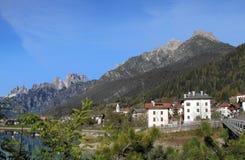 Высокогорная деревня на доломитах, Италия стоковое фото rf