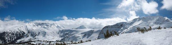 высокогорная зима лыжи курорта панорамы гор Болгарии bansko Стоковые Фотографии RF