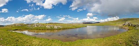 Высокогорная панорама озера в тундре утесистых гор Стоковая Фотография RF