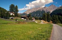 Высокогорная сельская сцена увиденная от скалистого гребня. Пеший туризм в швейцарце Альпах. Стоковое Изображение RF