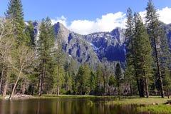 Высокогорная сцена в национальном парке Yosemite, горах сьерра-невады, Калифорнии стоковое изображение rf