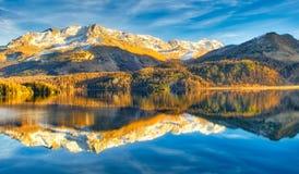 Высокогорное озеро в последней осени с отражениями гор Стоковые Изображения RF