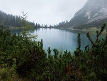 Высокогорное озеро на дождливый день стоковое фото