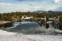 Высокогорное озеро около пропуска Beartooth, Вайоминга, США Стоковое Изображение