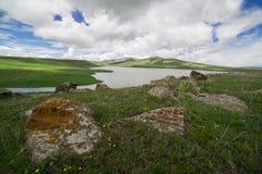 Высокогорное озеро с горами стоковая фотография rf