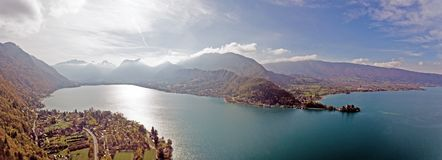 Высокогорные взгляды над озером Анси в французских Альпах Стоковое Изображение RF