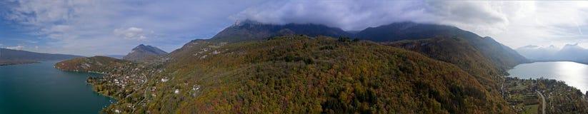 Высокогорные взгляды над озером Анси в французских Альпах Стоковое фото RF