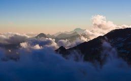 Высокогорные пики в облаках увиденных от хаты Mantova на Monte Роза, Стоковое Изображение RF