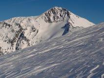 Высокогорные пик и ледник против голубого неба стоковые изображения