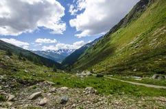 Высокогорный ландшафт горных пиков высоких гор на ясном лете, солнечном дне. Стоковое фото RF