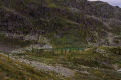 Высокогорный ландшафт горы с озером Каракол в Алтай Стоковые Изображения RF
