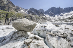 Высокогорный ландшафт с треснутыми ледником и горами Стоковые Изображения RF