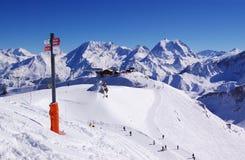 высокогорный взгляд катания на лыжах курорта Стоковое Изображение