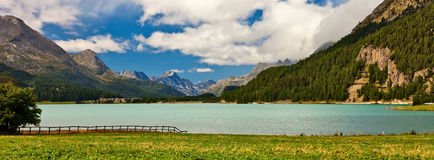 высокогорный взгляд пейзажа берега озера Стоковые Изображения