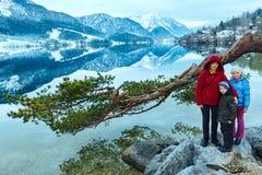 Высокогорный взгляд и семья озера зимы. Стоковое Изображение RF