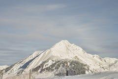 Высокогорный взгляд саммита от наклона лыжного курорта Стоковые Изображения