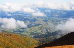 Высокогорный городок расположенный в долину гор Стоковая Фотография RF