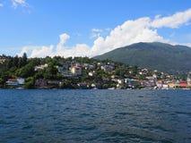 Высокогорный городской пейзаж европейского города Ascona и панорамы озера Maggiore на ландшафте riviera в ШВЕЙЦАРИИ стоковые фото