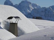 Высокогорный ландшафт доломитов со снегом Trentino стоковое изображение rf