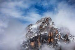 Высокогорный ландшафт с Monte Antelao выступает в доломитах, Ital стоковые фотографии rf