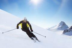 Высокогорный лыжник на беге piste покатом стоковые изображения rf