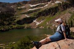 высокогорный отдыхать озера hiker Стоковые Изображения RF