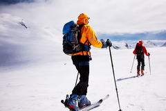высокогорный путешествовать лыжников стоковая фотография rf