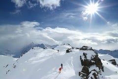 высокогорный путешествовать лыжников стоковое фото