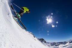 Высокогорный лыжник на piste, кататься на лыжах покатый Стоковые Фотографии RF