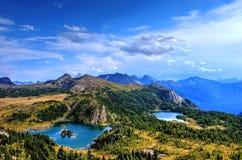 2 высокогорных озера в лугах солнечности Стоковая Фотография RF